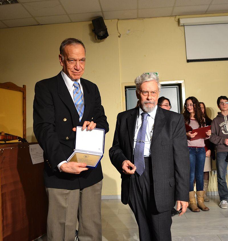 O αντιπρόεδρος της Αδελφότητας κ. Γερουλάνος δίνει το βραβείο στον κ. Αλιβιζάτο