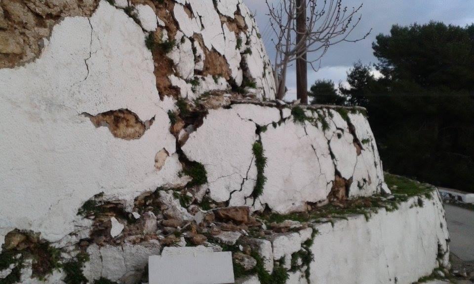 Δεν άντεξε ο ταλαιπωρημένος τοίχος.