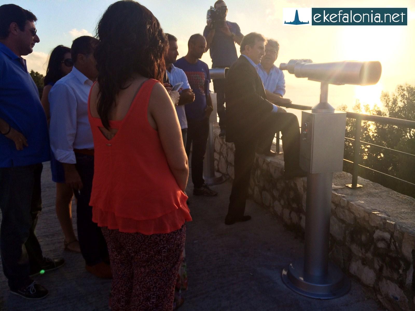 Ο υπουργός βλέπει τον Μύρτο από ψηλά.